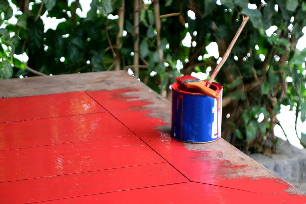 Farba do mebli ogrodowych – malowanie drewnianego stołu